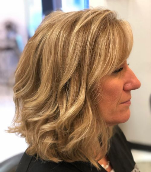 Shoulder-Length Wavy Haircut for Women in Their 40s